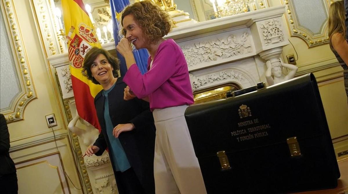 La exvicepresidenta Soraya Sáenz de Santamaría en el traspaso de carteras a la nueva ministra, Meritxell Batet