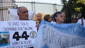 Familiares de los tripulantes del submarino 'ARA San Juan' piden que no se olvide a sus tripulantes, en una manifestación en Buenos Aires, el 15 de diciembre.