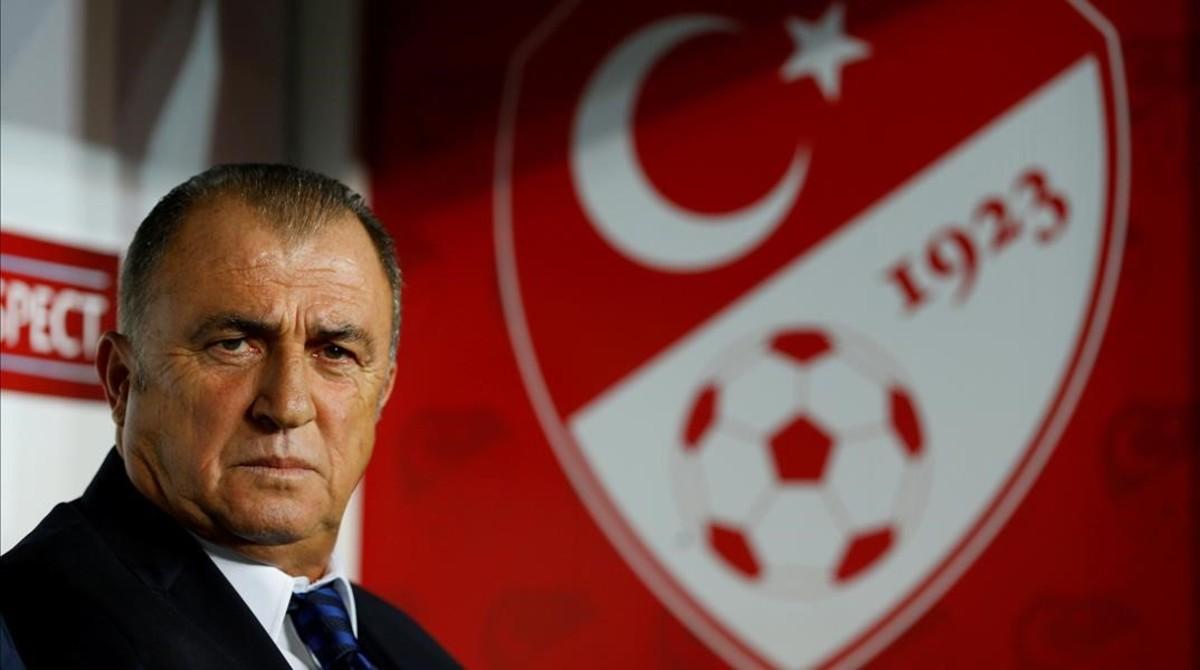 Fatih Terim, conocido como el Emperador, lanza una de sus terribles miradas.