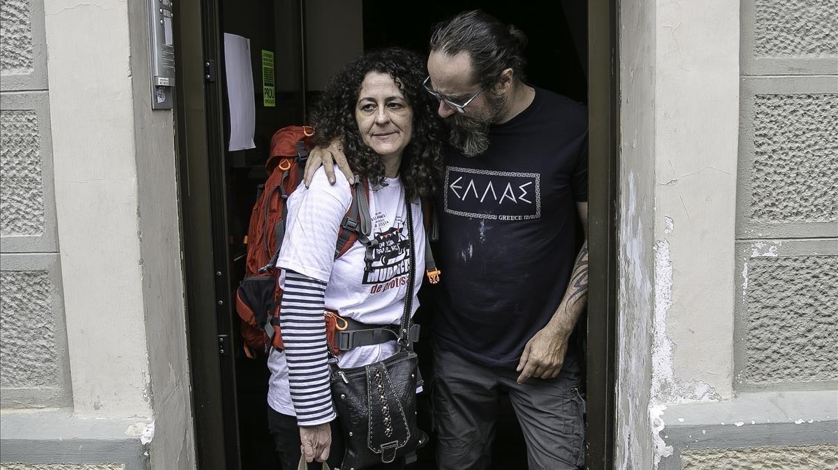 Sandra y Jesús en la puerta de su casa, este sábado.