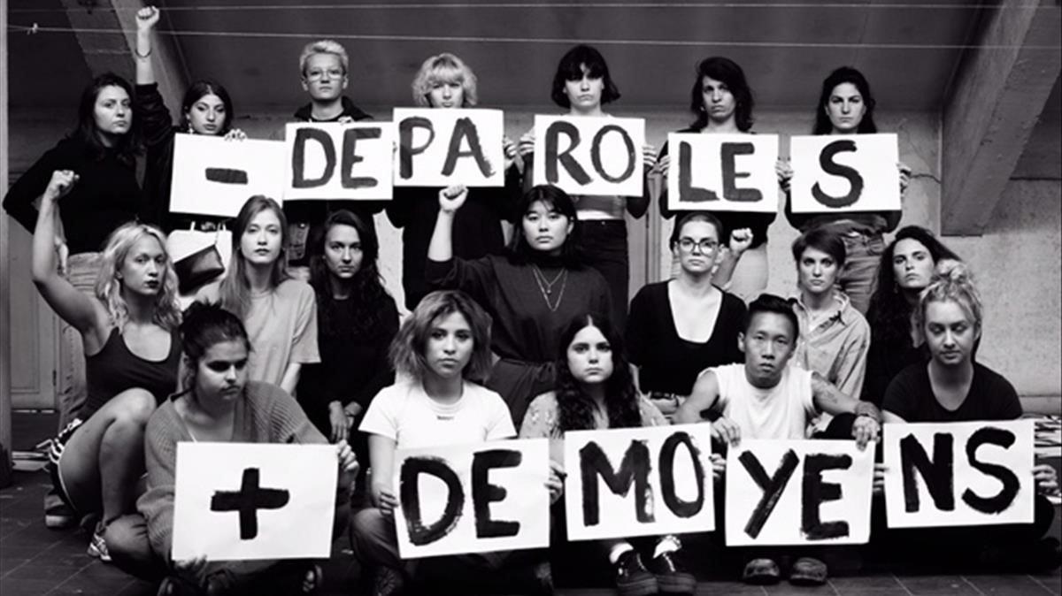 Un grupo de activistas francesas muestran el lema 'Menos palabras, más medios' contra la violencia machista.