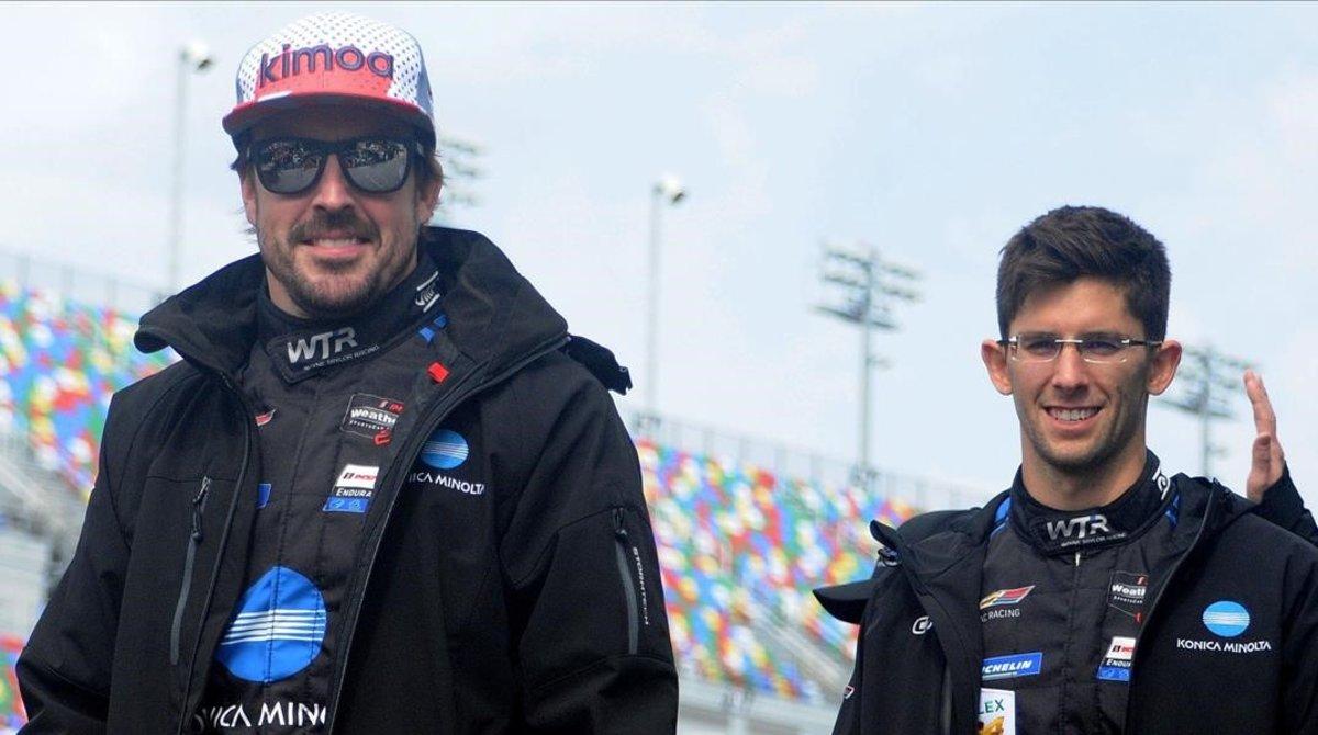 Fernando Alonso y su compañero en Cadillac, Jordan Taylor, antes de empezar las 24 Horas de Daytona.