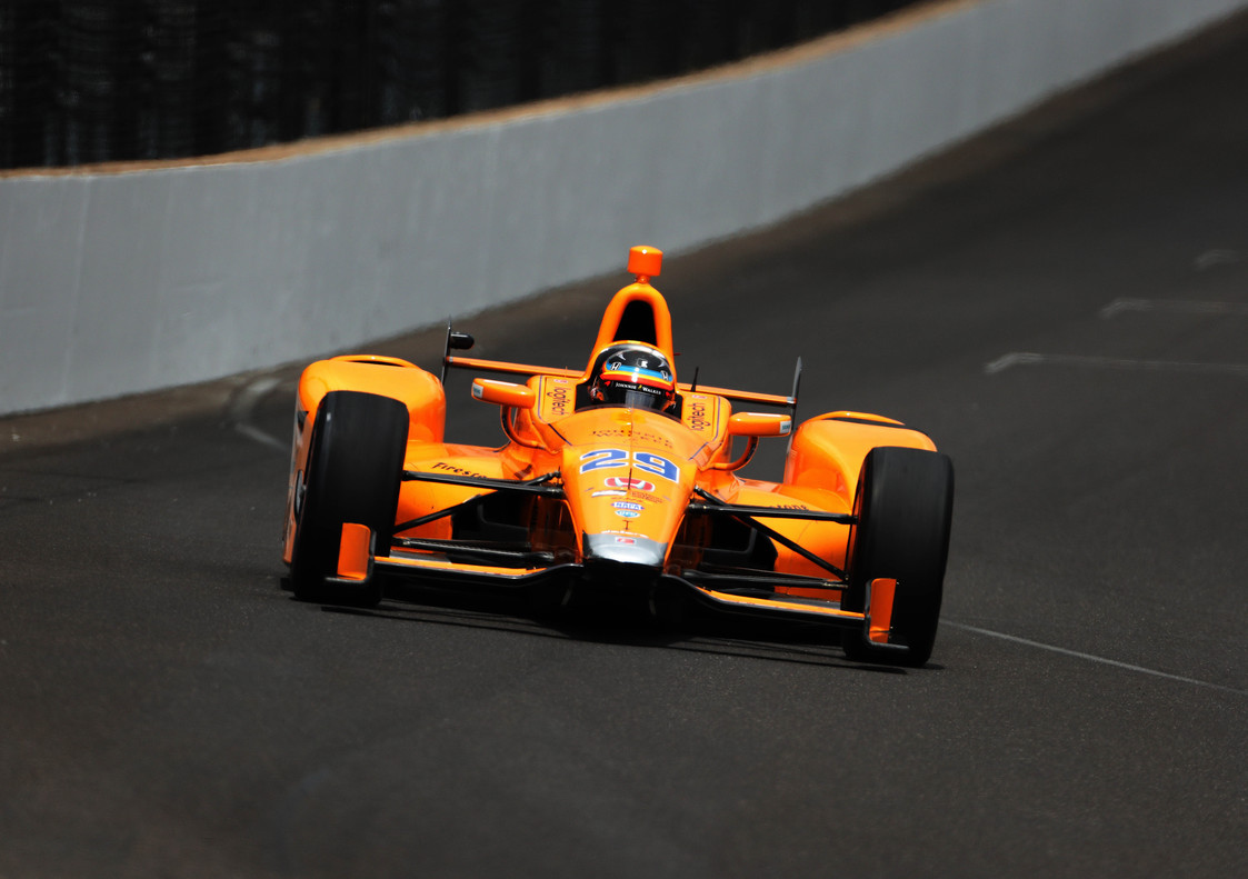 Fernando Alonso pilotando en Indianapolis
