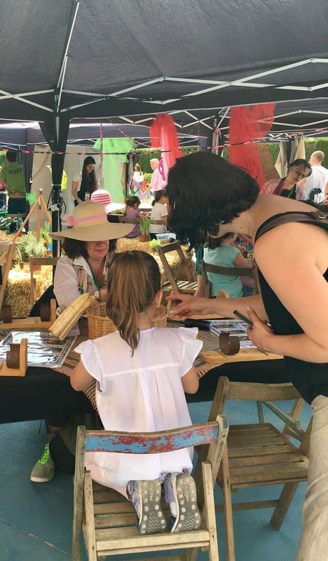 La 65ª Fira d'Espàrrecs ha incluído talleres para que los más pequeños aprendan a hacer manojos de espárragos y conozcan mejor la tradición payesa de su ciudad