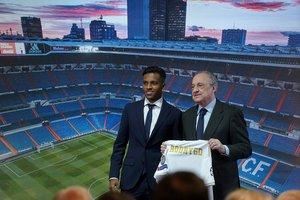Rodrygo, junto a Florentino Pérez, en la presentación del futbolista como nuevo jugador del Real Madrid.