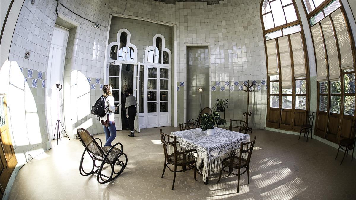 La sala de día del pabellón, con mobiliario idéntico al original.