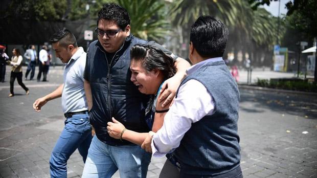 Los ciudadanos aterrorizados por el terremoto de 7,4 gradosenMéxico, ocuparon las calles.