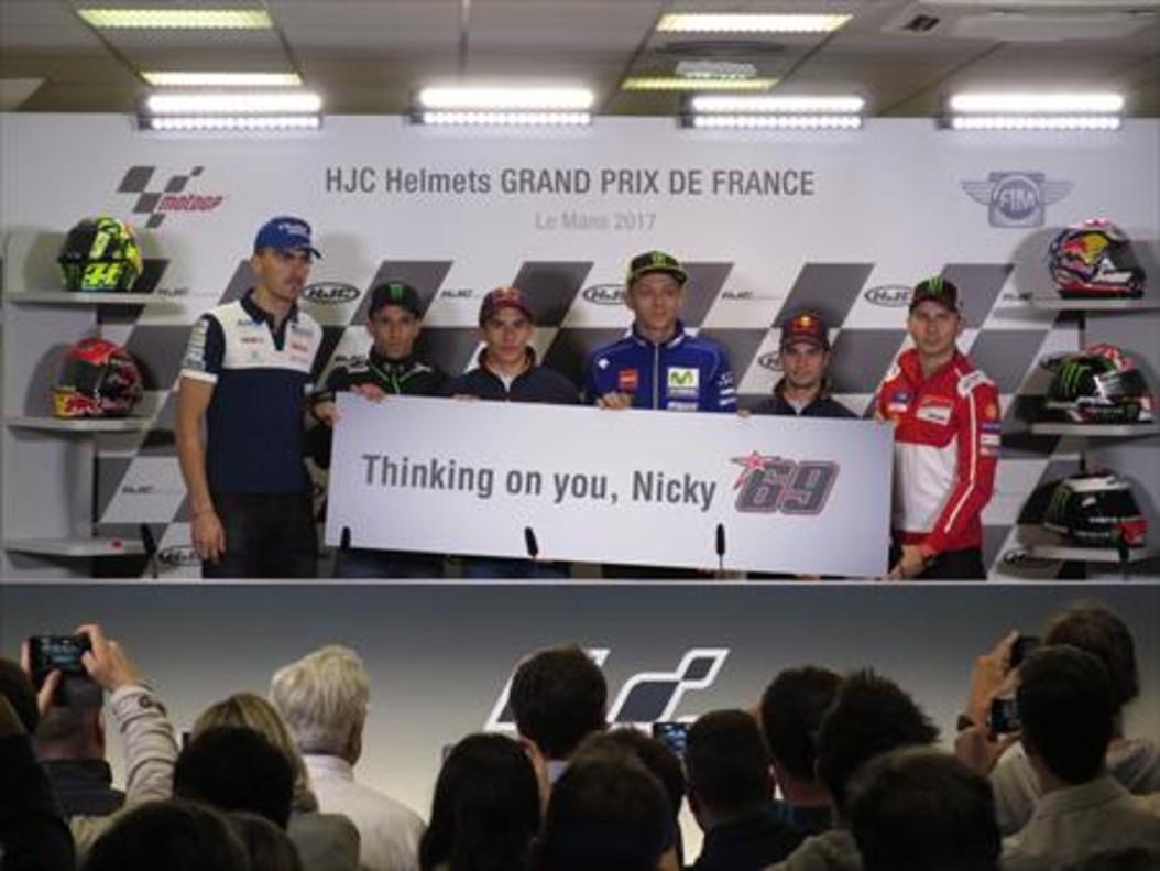 GESTO DE ÁNIMO Baz, Zarco, Márquez, Rossi, Pedrosa y Lorenzo muestran, ayer, en Le Mans (Francia), una pancarta de ánimo hacia Hayden.