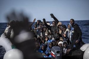 Un grupo de africanos, rescatados en alta mar por la oenegé Proactiva Open Arms.