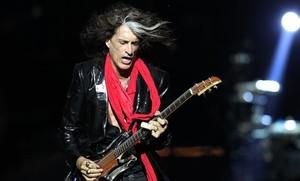 El guitarrista Joe Perry, en plena actuación en el 2013, que ayer se derrumbó sobre el escenario en Nueva York.