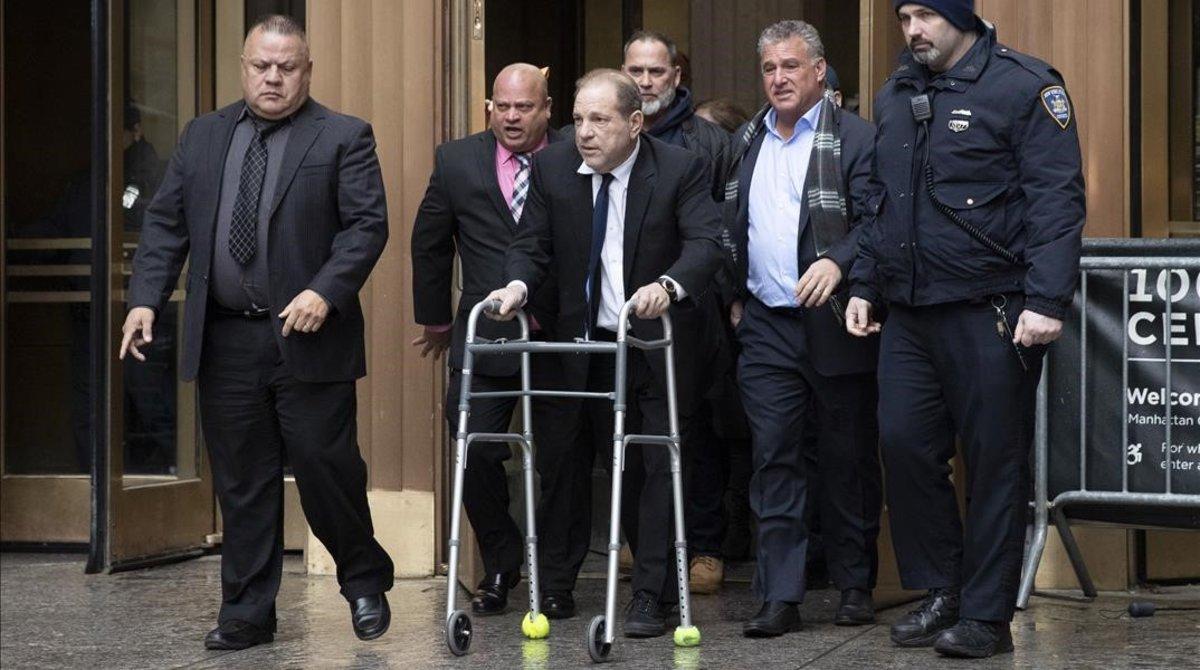 El productor Harvey Weinstein llega con un andador por una lesión de espalda al tribunal de Nueva York donde enfrenta un juicio penal por violación y agresión sexual.