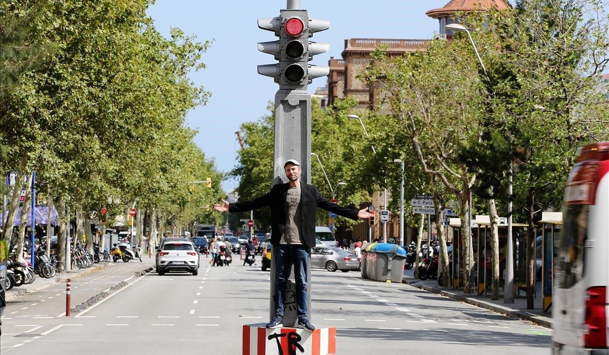 Hèctor Claramunt en el semáforo del cruce de las calles de Urgell y Londres, muy cerca de donde vivía de niño.