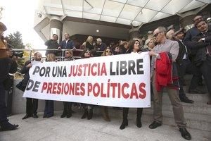 Concentración de jueces y fiscales a las puertas de los juzgados de Plaza de Castilla durante la jornada de huelga que celebran este lunes.