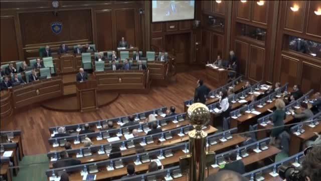 La oposición lanza huevos contra el primer ministro de Kosovo en el Parlamento.