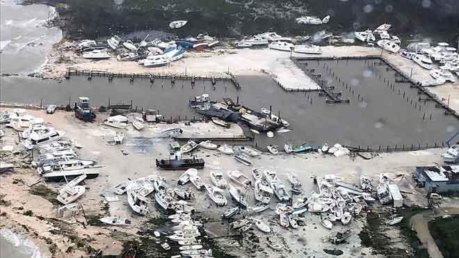 Vista aérea tomada por la Guardia Costera de Bahamas en la que se aprecia la destrucción causada por el 'Dorian' en un puerto de recreo del archipiélago.