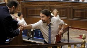 Iglesias se acerca a saludar a Ábalos en el debate de moción de censura.