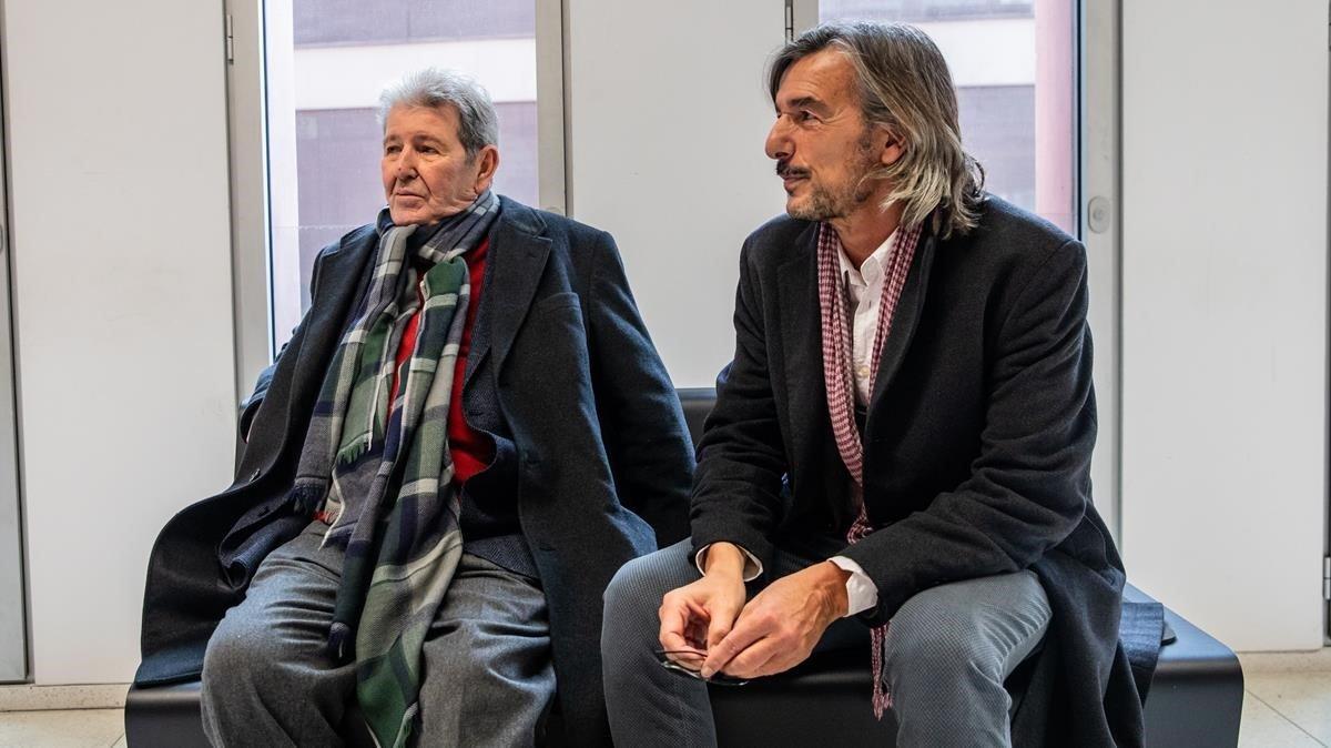 Ignacio Echevarría (derecha) junto al editor Jorge Herralde, en la Ciutat de la Justicia el pasado 17 de diciembre.