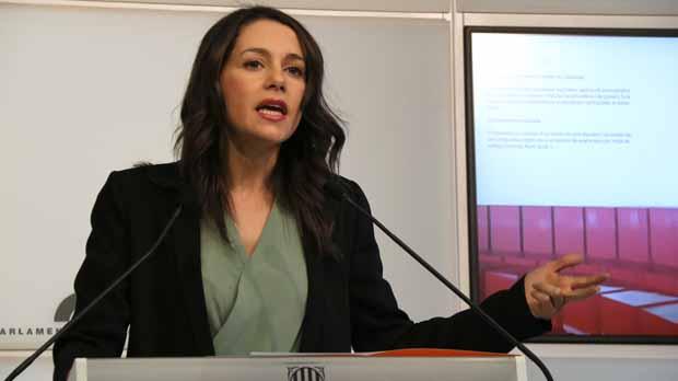 Inés Arrimadasrechaza reunirse con el president Torra mientras estéel lazo amarillo en la fachada de la Generalitat.