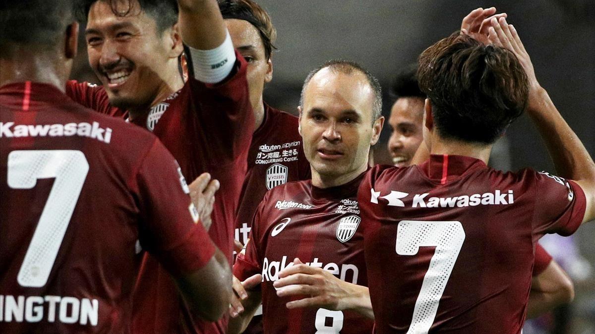 Iniesta y sus compañeros del Vissel Kobe celebran el triunfo sobre el Kashiwa Reysol.