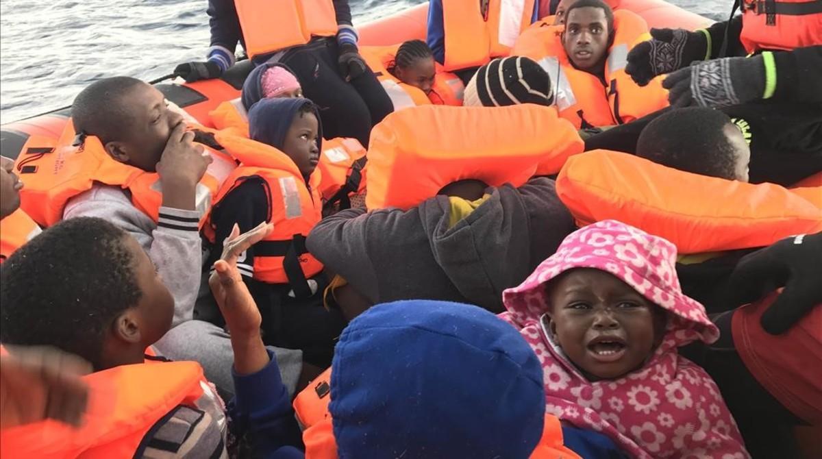 Inmigrantes, algunos de ellos de muy corta edad, rescatados en Mediterráneo central por la oenegé Proactiva Open Arms, el 9 de enero.