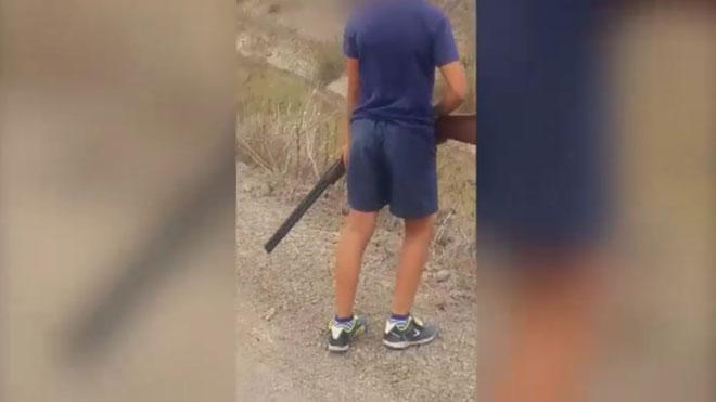 Investigan a un cazador por incitar a su hijo menor de edad a disparar contra aves protegidas.