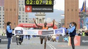Jackson Kotut ganó el maratón de Barcelona del 2010 en 2.07.30 horas (en la imagen), récord que este domingo se quiere mejorar.