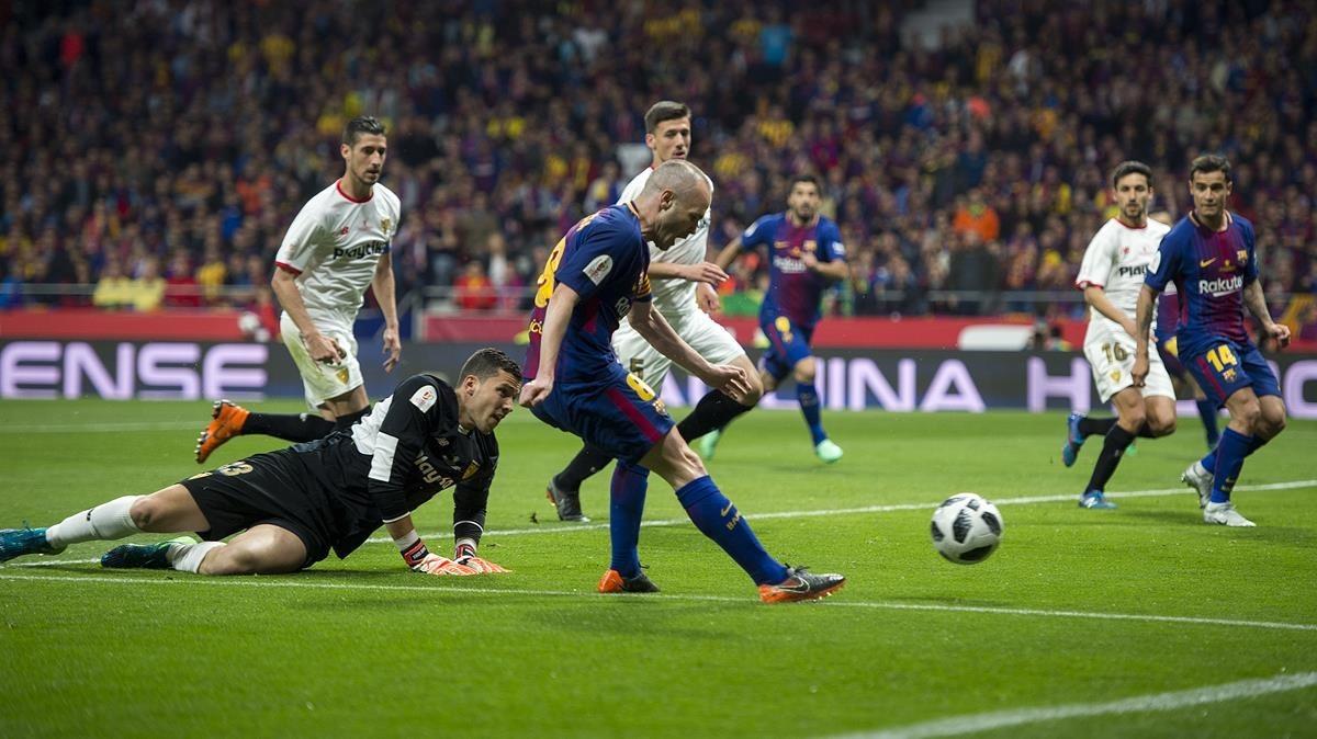 Magistral jugada de Iniesta que supera aSoria para anotar el cuarto gol.