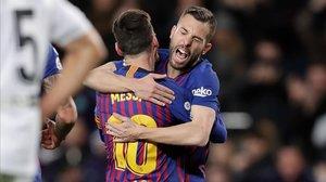 Messi y Jordi Alba se abrazan tras marcar el futbolista argentino el sábado pasado en el Camp Nou.