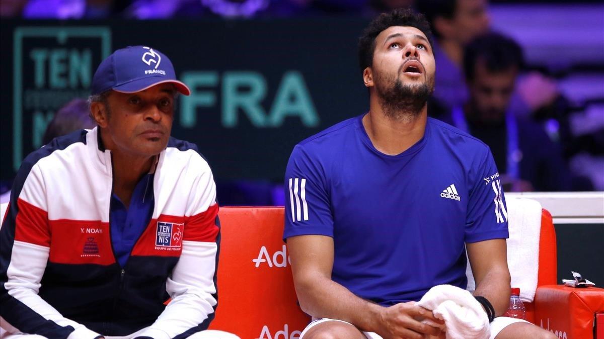 Jo-WilfriedTsonga mira el techo en presencia del capitán francés, Yannick Noah.