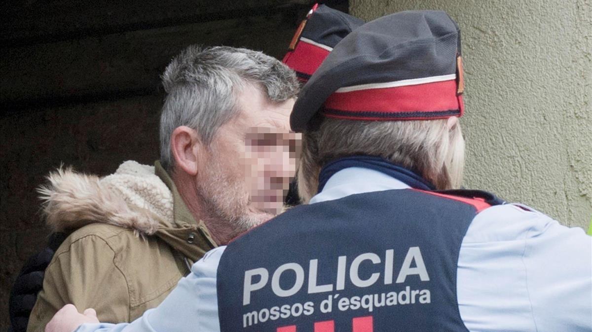 Jordi Magentí, acompañado de los Mossos durante un registro en Anglès