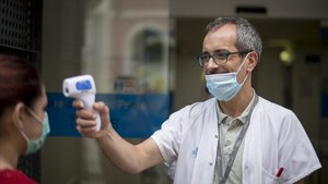 José López, administrativo responsable del triaje de pacientes en el CAP Sants.