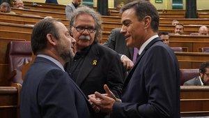 José Luis Ábalos, Joan Tardà y Pedro Sánchez conversan durante un pleno del Congreso.