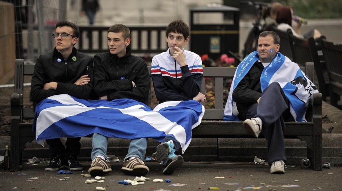 Jóvenes independentistas escoceses tras su derrota en el referéndum.