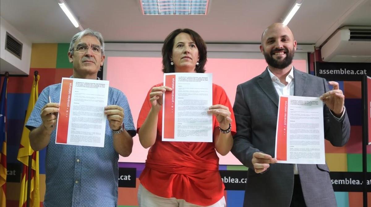 La presidenta de la ANC, Elisenda Paluzie, junto a Jordi Graupera yel promotor de Primàries per la República, Josep Manel Ximenis.