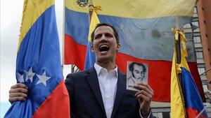 Juan Guaidó en el momento de jurar como presidente interino el pasado miércoles.