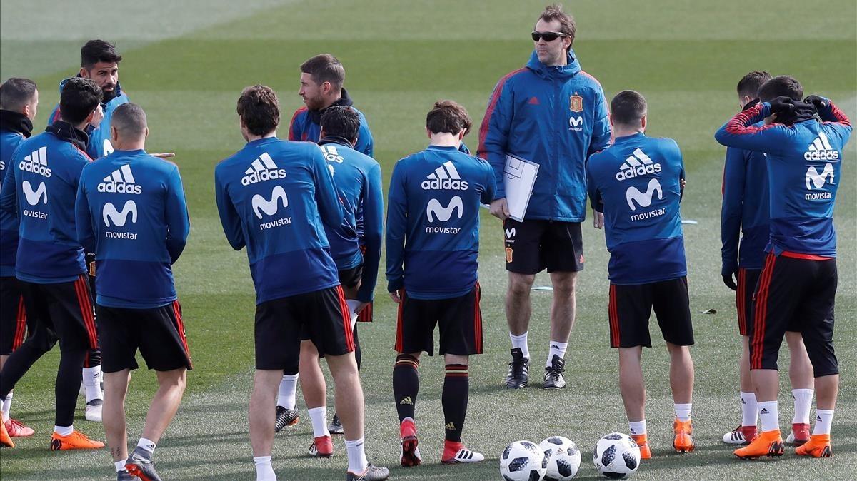 Julen Lopetegui, junto asus jugadoresen un entrenamiento de la selección española.