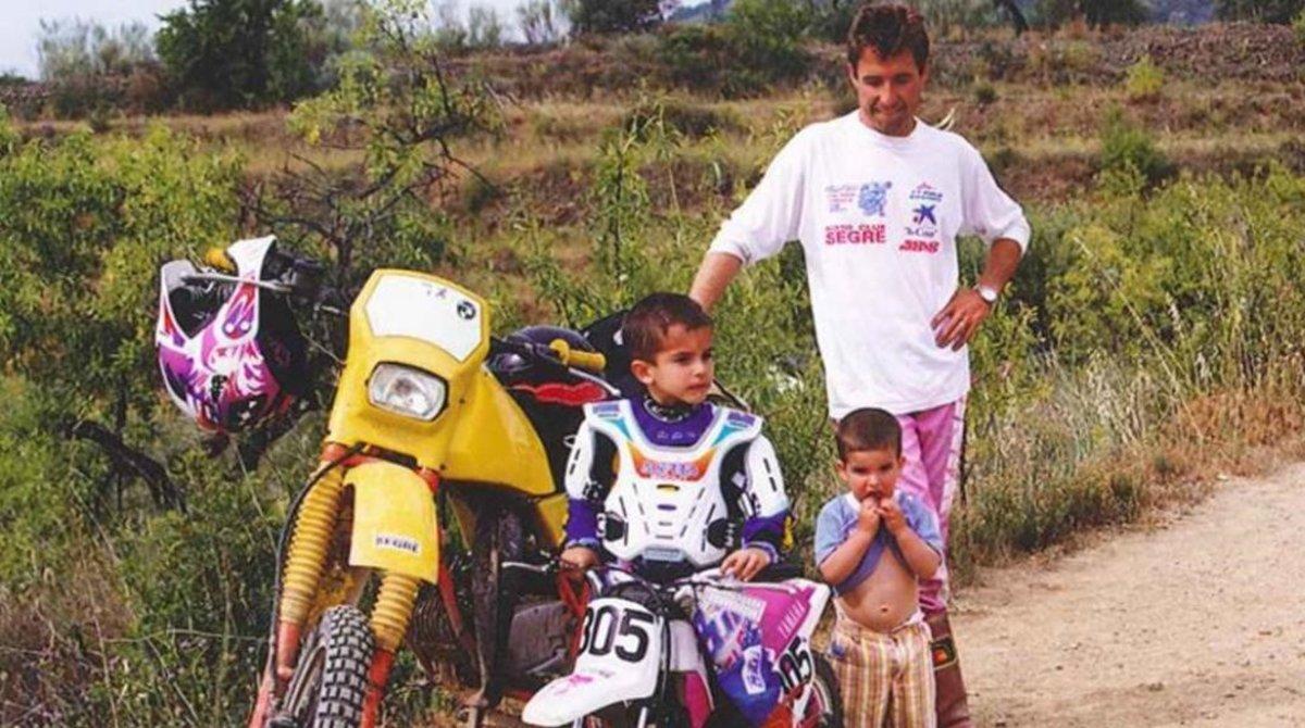 Julià Márquez, con sus hijos, Marc y Àlex, de niños con sus motos de montaña.