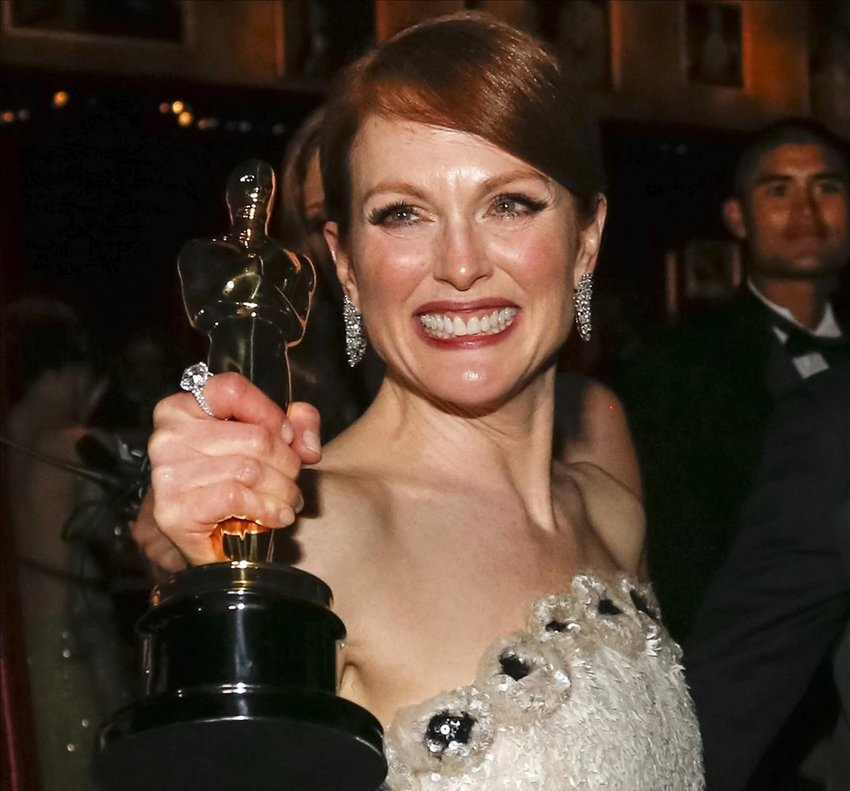 Julianne Morre, con su Oscar del 2015.