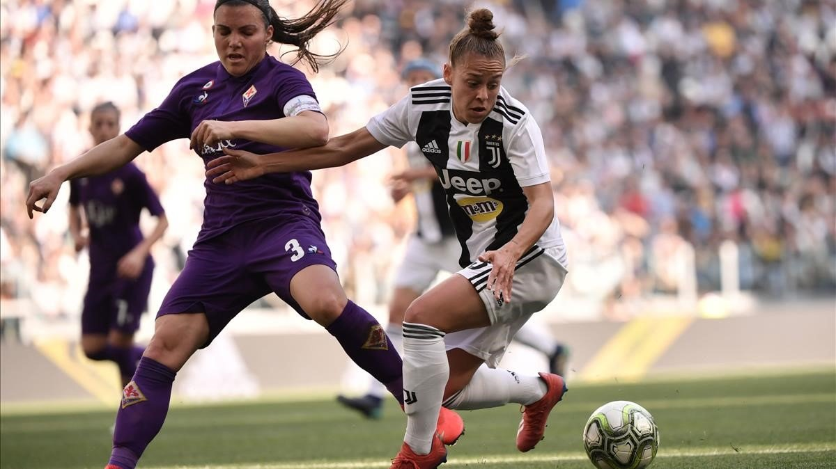 Lisa Boattin, de la Juve, y Alia Guagni, de la Fiore, se disputan el balón.
