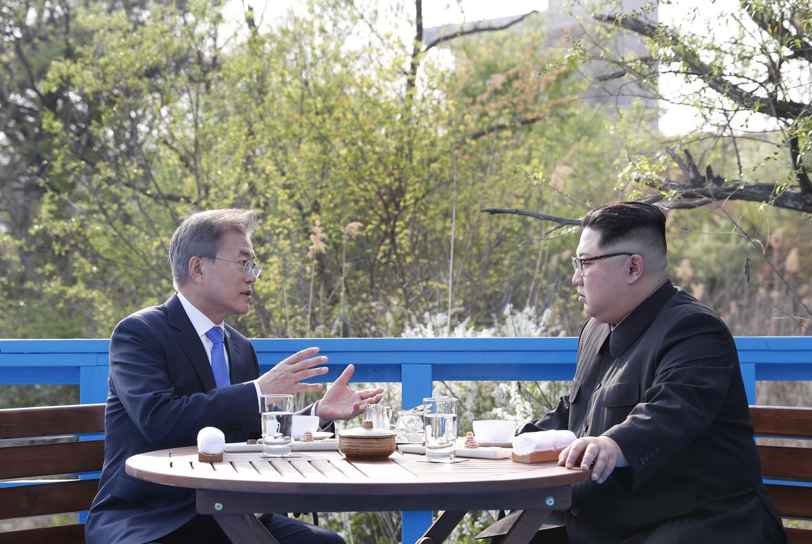 Kim Jong Un, derecha, con Moon Jae-in, durante el encuentro en la frontera entre las dos coreas.
