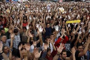 Indignados, manos en alto, concentrados en plaza Catalunya, en mayo del 2011.