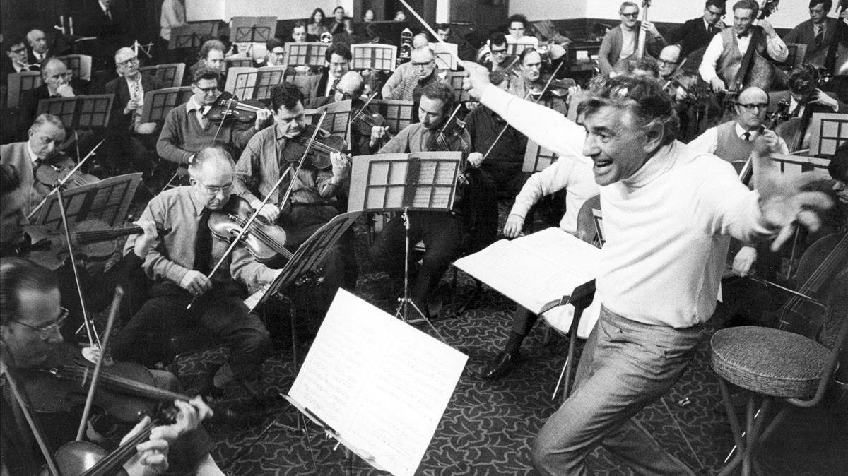 Leonard Bernstein dirige a laLondon Symphony Orchestra en la capital británica.