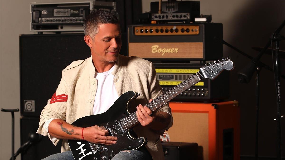 Alejandro Sanz, con una guitarra eléctrica.
