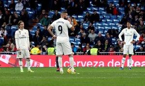 Los jugadores del Madrid se lamentan durante la última derrota.