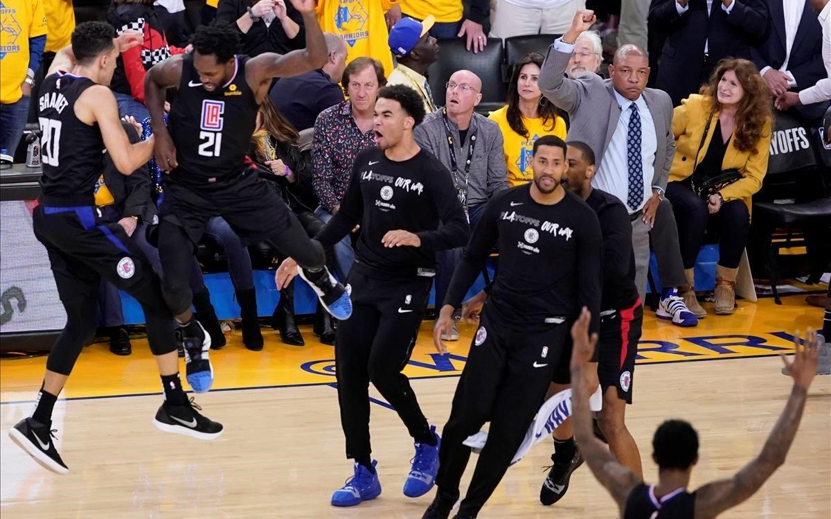 Los jugadores de los Clippers celebran el triunfo en la cancha de los Warriors después de una espectacular remontada