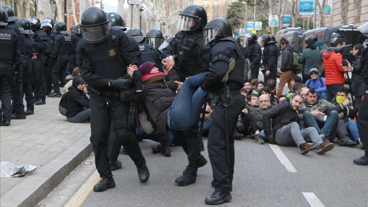 Los manifestantes también han cortado la avenida Lluís Companys.