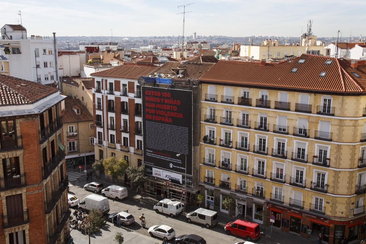 Save the Children ha instalado una lona de 130 metros cuadrados en la plaza Cascorro de Madrid para dar a conocersu campaña #LosÚltimos100 contra la violencia infantil.