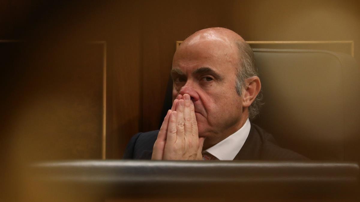 Luis de Guindos durante la sesión plenaria del Congreso.