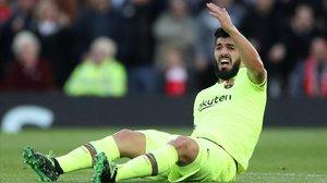 Luis Suárez se queja durante el partido del Barça en Liverpool.