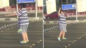 Captura de pantalla del vídeo en el que se ve al joven de 14 años bailar la Macarena en un paso de peatones.